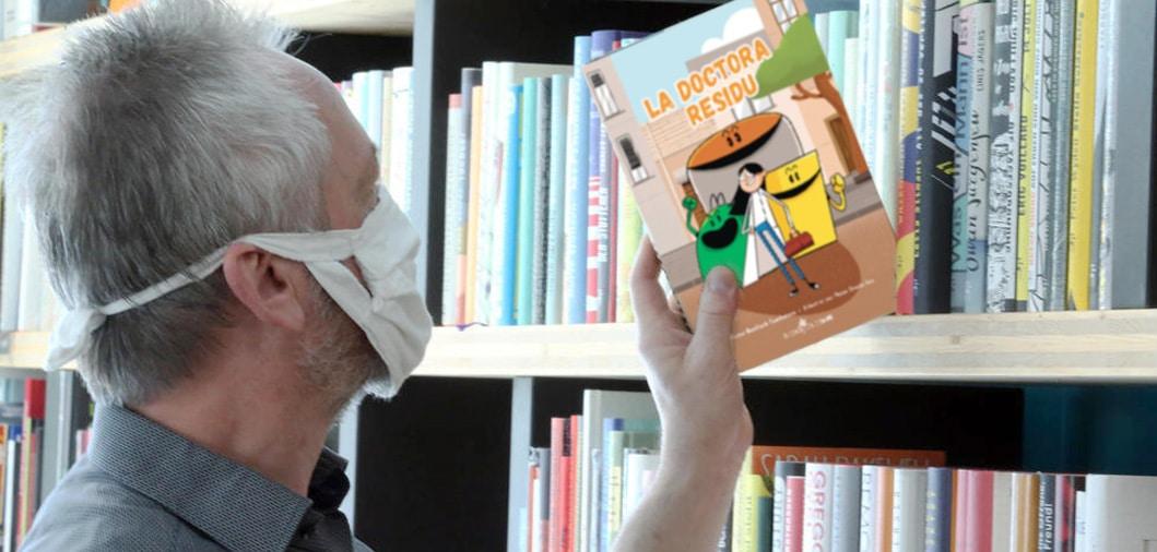 Foto biblioteca con Dra. Residu